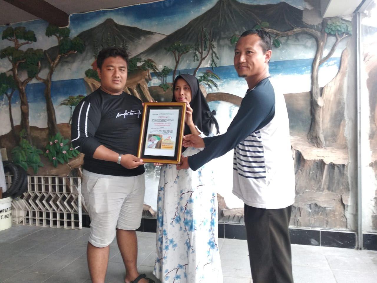 penyerahan kenang-kenangan sertifikat aqiqah